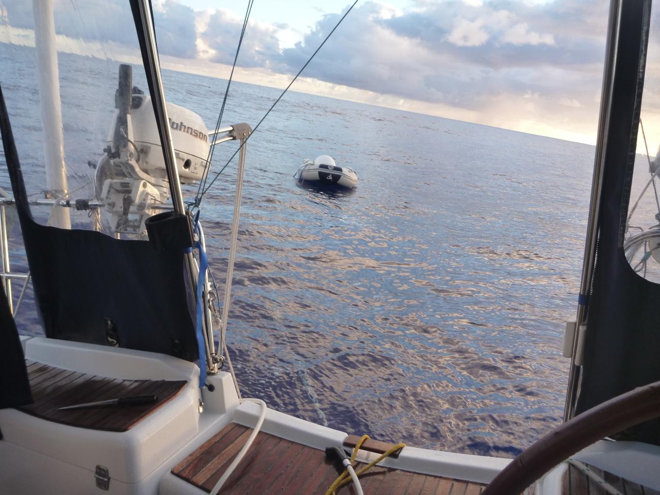 Dingy i ensom majestet mens skipperen kutter garn fra propellen.