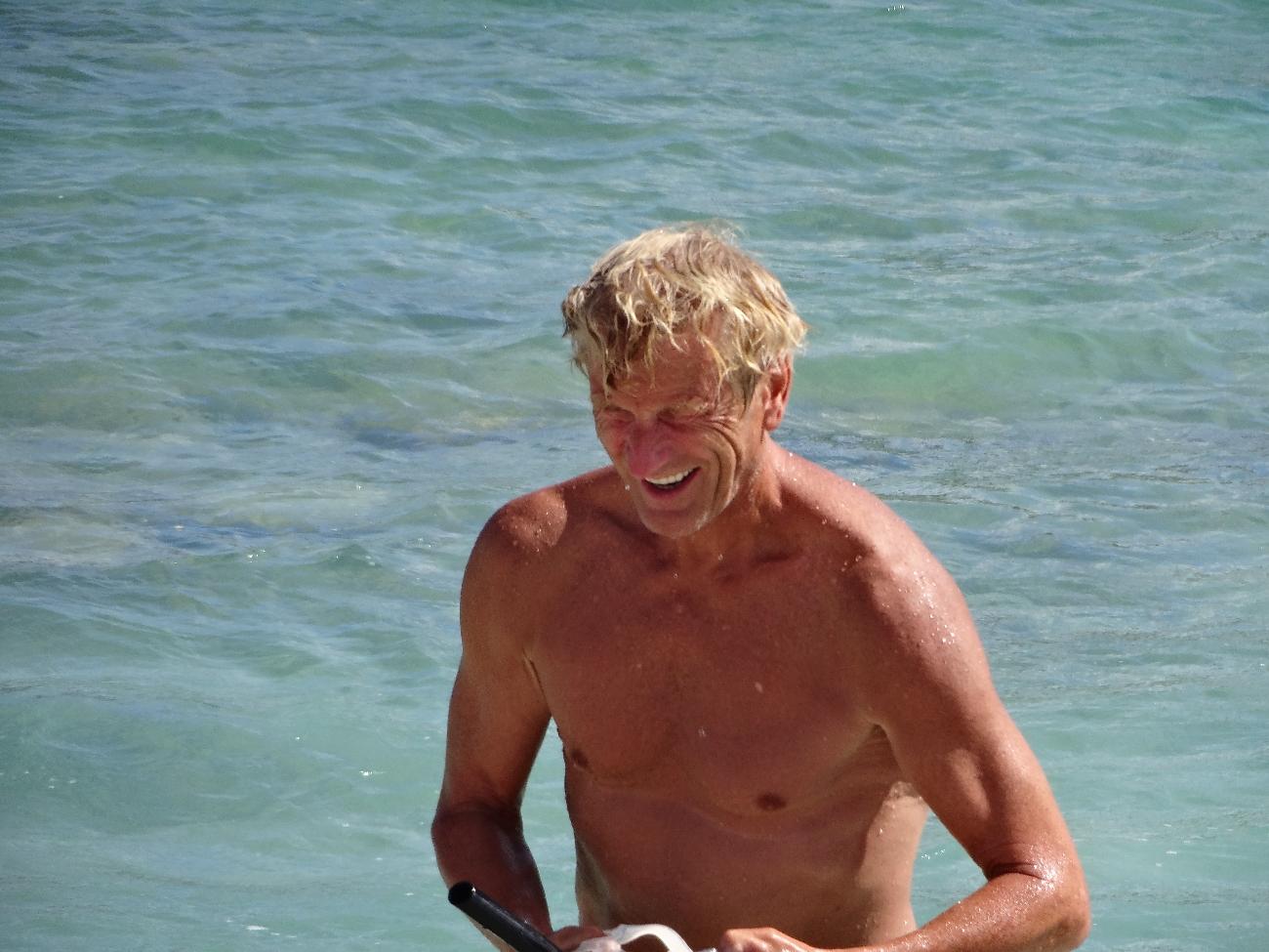 Jan nyter nok et sjøbad.