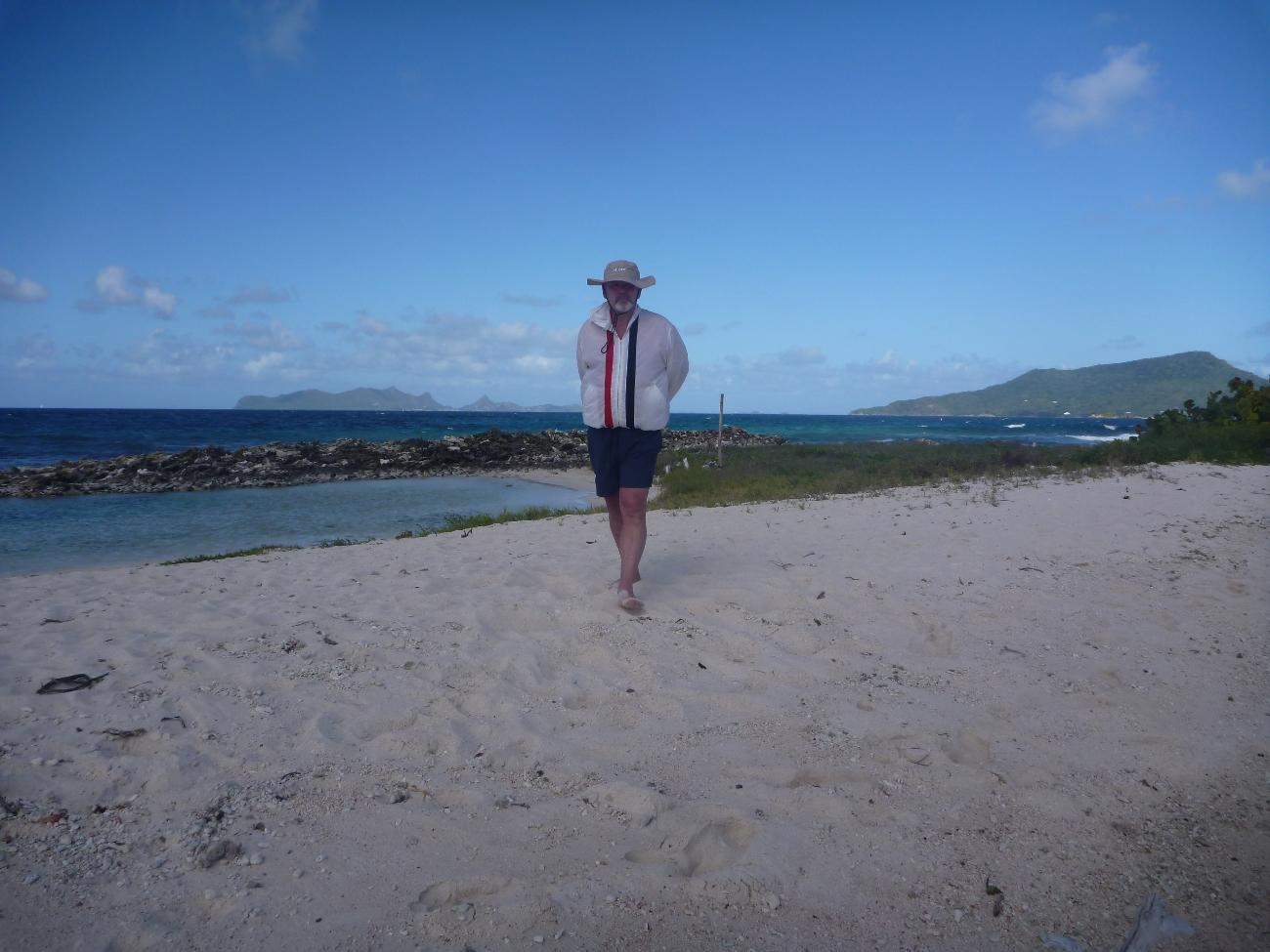 Børre på beach vandring på Sandy Island