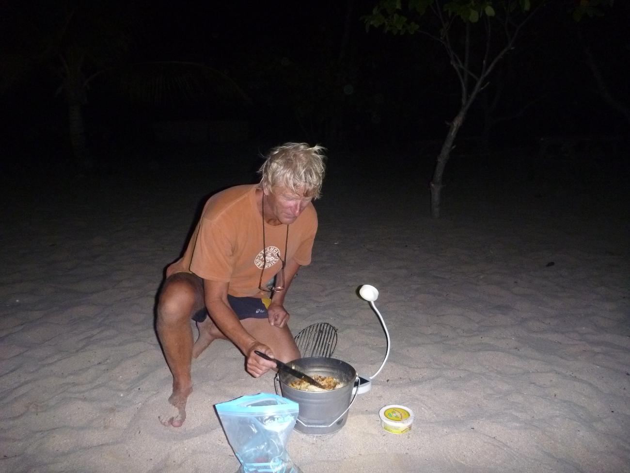 Jan griller på stranda på Mayreau.